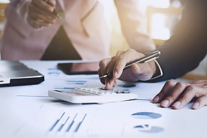 a business valuation taking place with the help of an experienced CPA